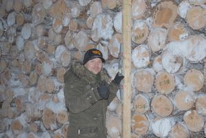 Peter Sylsjö, Wörlen i LitsÅsen, är mycket imponerad av den jämnhet som timmertraven uppvisar. Peter använder en rättbräda och på den ett vattenpass, vars blåsa visar 100 procent. Foto: Sture Björch