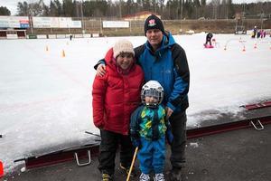 Chau Nguyen Källman och Jörgen Källman stöttar sin son Martin som tycker skridskor och bandy är roligt.