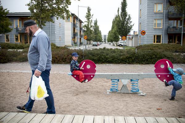 Varje gång när Anders Sörell tar med barnen till en lekplats passar han på att plocka skräp.