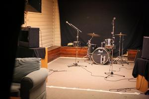 I källaren finns flera små lokaler liknande den på bilden som olika band kan hyra för att öva.
