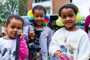 Gelila Solonom, 4 år , Yabsara Solonom, 6 år, och Johanna Asclew, 6 år, håller i de saker de tycker är roligast att leka med.
