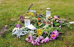 Blommor och ljus lämnades vid återvinningsstationen på Omvägen i Surahammar efter att Elena Åsberg mördades där den 1 augusti.