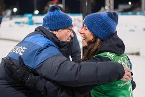 Kung Carl XVI Gustaf klappar om Charlotte Kalla efter silvret i Pyeongchang. Bild: Joel Marklund/Bildbyrån.