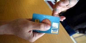 Äldre dam lämnade ut bankkort och kod i god tro att det var en banktjänsteman, men det var en bedragare. Brottet är polisanmält. Foto: Peter Lydén/SCANPIX.