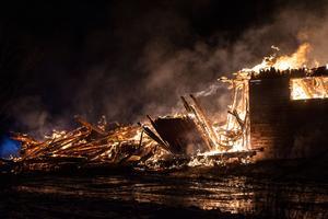 Ladugården gick inte att rädda utan man lät den brinna ner till grunden. Fokus låg på att rädda intilliggande byggnader.