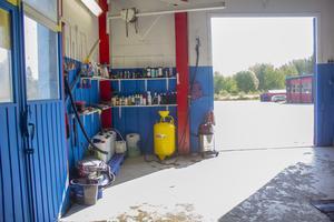 Rengöringsprodukterna står uppradade på hyllor i tvättdelen av lokalen.