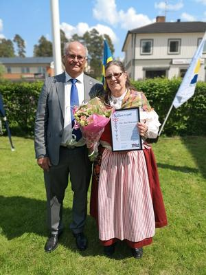 Kommunstyrelsens vice ordförande Peter Egardt delade ut kulturpriset till Vivi-Ann Andersson. Foto: Älvdalens kommun
