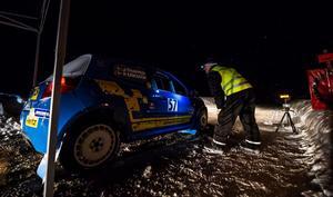 Start i Husås  och och sträcka 1. Nummer 57, Robert Eriksson och Johan Garli, sitter i bilen.Foto: Hannes Lindgren
