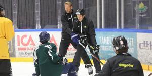 Alexander Edler och ÖIK:s assisterande tränare Markus Molin visar en närkampssituation i hörnet för ÖIK:s hockeyskoleelever.