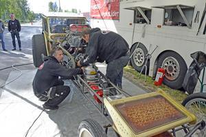 Magnus Larsson från Lindesberg var på plats med sin  monsterdragster Fools Gold och gav publiken ett par häftiga uppvisningar. Här får han hjälp att preparera bilen av Örjan Larsson som också ingår i teamet.