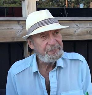 Christer Jonsson försvann på lördagen vid 14-tiden kring Möljen i Hudiksvall. Han var då klädd i ljusa långbyxor, vit eller blå skjorta samt en vit hatt.