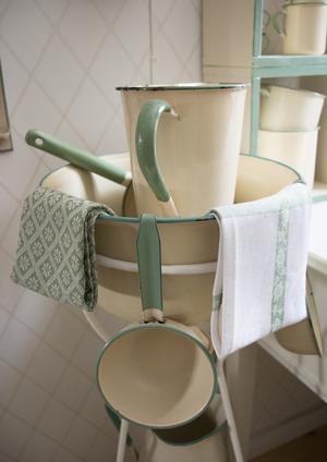 Tvättställ med tvättfat, kanna och skopor. Nederst i bild skymtar en kanna som Gunilla köpte i tron att det var Kockums – men det visade sig vara en kopia.