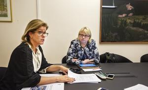 Kommunalråden Åsa Wiklund Lång, S, och Helene Åkerlind, L, tittar på hur fler ska  utbilda sig mer.