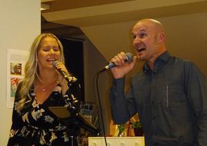 Det äkta paret Caroline och Robert Sedin sparar inte på krutet då de sjunger känslosamt rakt in i själen hos publiken.