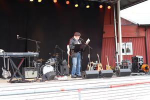 Ewert Ljusberg spelade och sjöng. Foto: Anna Elfqvist