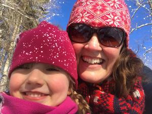 Camilla och dottern Clara är ofta ute och åker skidor, både utför och på längden.