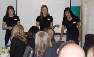 Elin Persson, Saba Hassan och Matilda Wallén håller föredrag inför Hedemoraföretagare företagarfrukost. Efteråt gick försäljningen bra.