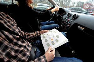 Vanligt folk måste ha råd att ta körkort, menar skribenterna. Bild: Bertil Ericson/TT