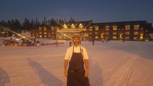 Abdelkader Cheriet trivs bra i Sälen. Omkring 500 gäster besöker restaurangen på lunchen och det blir mycket jobb, men han tycker det är roligt.