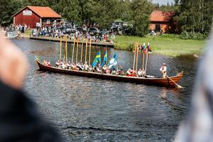 En av totalt två kyrkbåtar glider fram i solen.