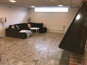Gillestugan efter renovering. Den öppna spisen och marmorgolvet är kvar men väggarna har fått ett mer modernt utseende.