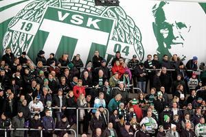 Från sin plats ovanför klacken i ABB Arena vakar Kalle Rosenberg fortfarande över klubben.  På torsdagen ställs de mot Bollnäs.