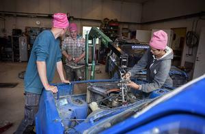 Sebastian Åsvald, Rasmus Hallberg och Jesper Engelin gör en insats för att fästa motorn som sitter löst.