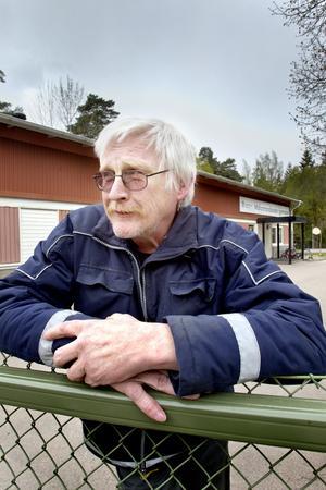 upprörd över skolans nedläggning. Markku Kivioja är pappa till en av de elever som går på Mälarstrandskolan. Foto: Rune Jensen