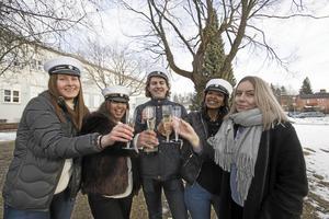 Wilma Hedin, Elelta Tella, Theodor Hellgren, Mili Woldeghebriel, IdaMaria Åkerlund från studentkommittén på Brinellskolan när de i början av februari firade att studentfirandet flyttats tillbaka till lördag den tionde juni igen.