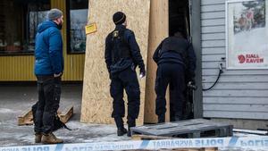 Glassplitter och bråte låg utanför dörren som blivit rammad.