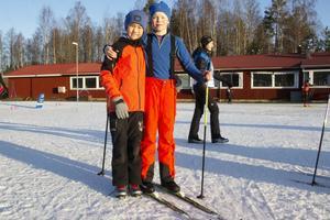 Olle Stigsvala och Jonas Fransson går på Björktjära skola och inledde sin Alla på snö-dag med längdskidåkning.