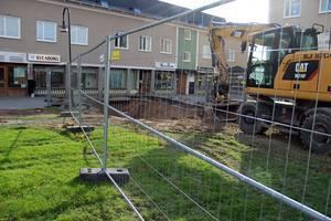 Kvarnforsplan grävs upp.Vatten- och avloppsrören ska ses över och eventuellt renoveras innan Kvarnforsplan ska renoveras.