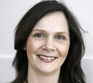 Pers Anna Larsson kan lämpligen sjunga vid invigningen om två år, anser Jens Runnberg, politisk redaktör på DT.
