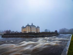 Fredagen den 20 december vid Strömsholms slott. Vattnet står högt men än står slottet kvar skriver Mikael Larsson.