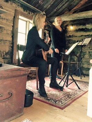 Gitarristen Maria Georgsson och sopranen Martina Callmer har uppträtt Räfsbos konserthall.Foto: Privat