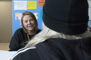 Med Birgitta Bortas, fritidsledare, kan ungdomarna prata om det mesta. Allt från personliga problem till pojkar avverkas.
