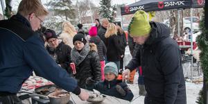 Lokal mandelbrännare. Pathrik Thelenius och sonen Theodor köper brända mandlar. Victor Magnusson berättar att han har serverat brända mandlar på Medåkers julmarknad i tre år nu.