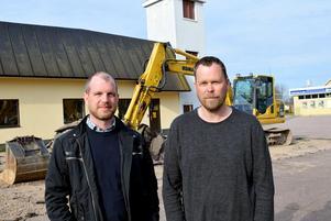Per Karlsson, arbetsledare vid Helob AB, och Leif Holman, chef för Räddningstjänsten Dala Mitts Björbokår, berättar att utbyggnaden sker på baksidan av brandstationen.