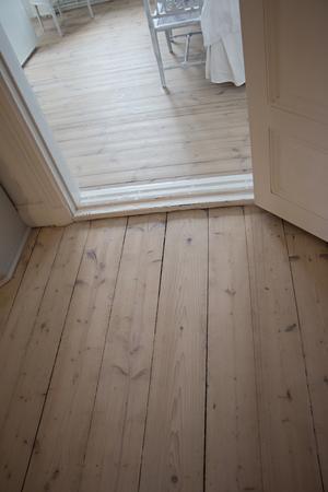 Alla trägolv i huset har tagits fram. De har slipats, lutats för att inte gulna och sedan polerats med vitpigmenterad olja.