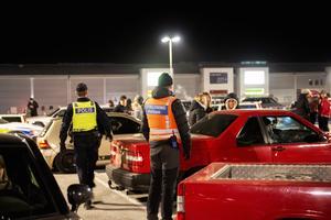 Polisen kontrollerar ordningen på en träff med A-traktorer.