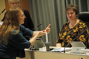 Fullmäktiges ordförande, Marit Holmström (S), överlät ljuständningen till partikollegan Jenny Breslin, under överinseende av administrativa chefen Karin Höglund.