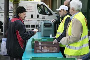 Omkring 700 hemlösa personer brukar komma till Fondation de l'diarre du saluds matutdelningar varje gång de slår upp sina bord.