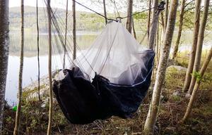 Två träd är allt som behövs för att hänga upp vildmarkshängmattan. Foto: Kerstin Brandell-Svensson