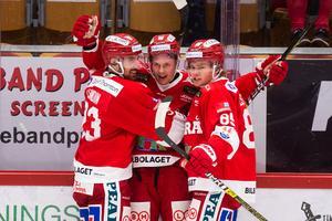 Jens Lööke, i mitten, fick fira sitt första mål i Hockeyallsvenskan för säsongen mot Södertälje. Albin Lundin och Filip Westerlund var snabbt framme.