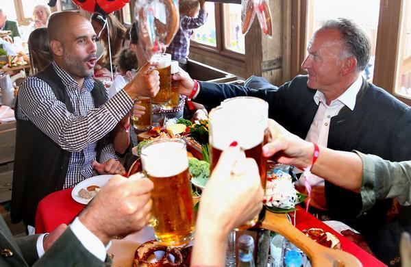 Bayern Münchens tränare Pep Guardiola firar Oktoberfest tillsammans med klubbens ordförande Karl-Heinz Rummeingge år 2015. Bilden kan skvallra om inredningen på nya tysk-österrikiska Bierkeller som öppnar 1 mars i Västerås.