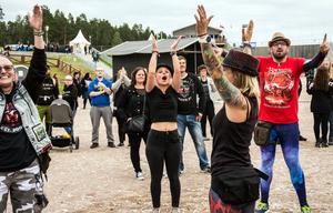 """""""Jag älskar människorna här"""" säger engelsmannen Nathaniel Thomson som hoppar tillsammans med kompisar från Sverige, Finland och Ryssland."""