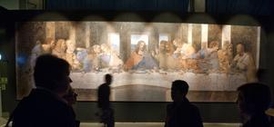Utställning med verk av renässansmästarna Leonardo da Vinci, Michelangelo och Rafael visas i Eriksbergshallen i Göteborg 2010. Här besökare under Nattvarden. Bild: Björn Larsson Roswall/TT