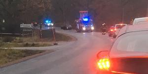 Bilen började brinna under färd Johannisbergsvägen. Foto: Peter Carlin