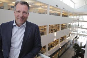 """Niklas Persson lämnar snart det flotta byggkomplexet """"Uno Lamm HVDC-center"""", som invigdes 30 maj 2013, till förmån för en tjänst på ABB:s huvudkontor."""