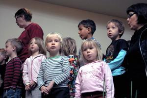 Backa förskola inledde med att sjunga en sång om en ek och att ha ett sommarbo där.